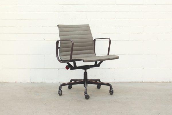 Eames Aluminium Management Chair by Herman Miller Green1